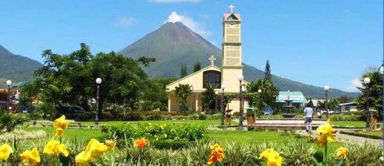 Parque Central La Fortuna y vista al volcán