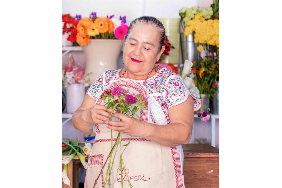 Señora de pie con flores